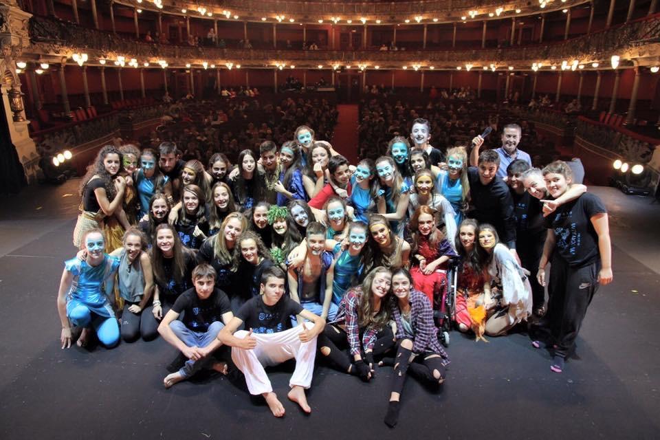 Foto de grupo sobre el escenario