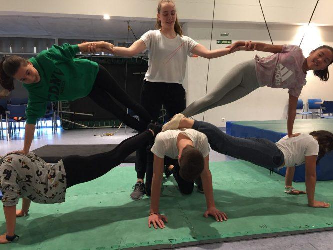 Los alumnos practican figuras de Acrosport
