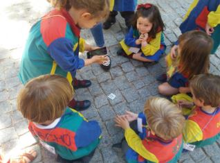 Los alumnos usando un smartphone para leer códigos QR