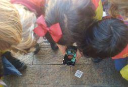 Los alumnos utilizan el móvil de la profesora