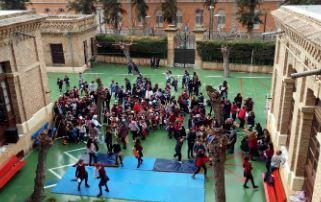 Alumnos en el patio del colegio