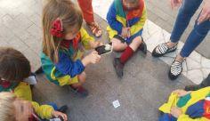 Los alumnos escanean los códigos QR