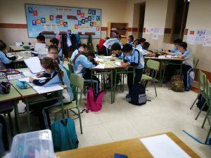 Los alumnos trabajan de manera cooperativa.