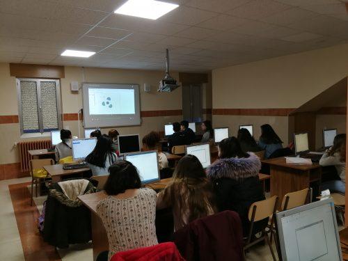 Alumnos en el aula de informática