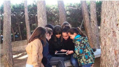 Alumnos mirando una tablet