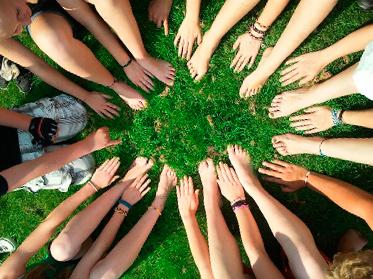 Manos de niños en círculo