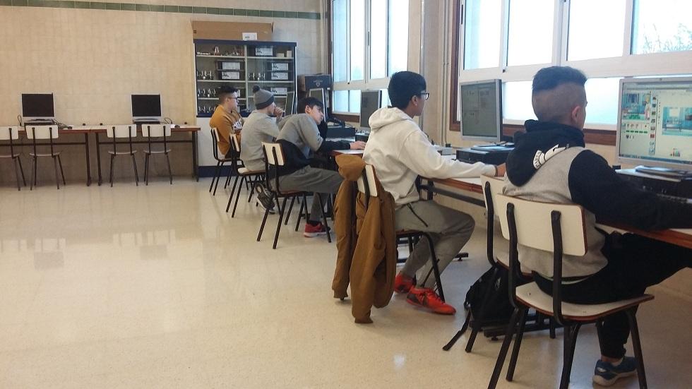 Los alumnos interactúan con los programas de diseño.