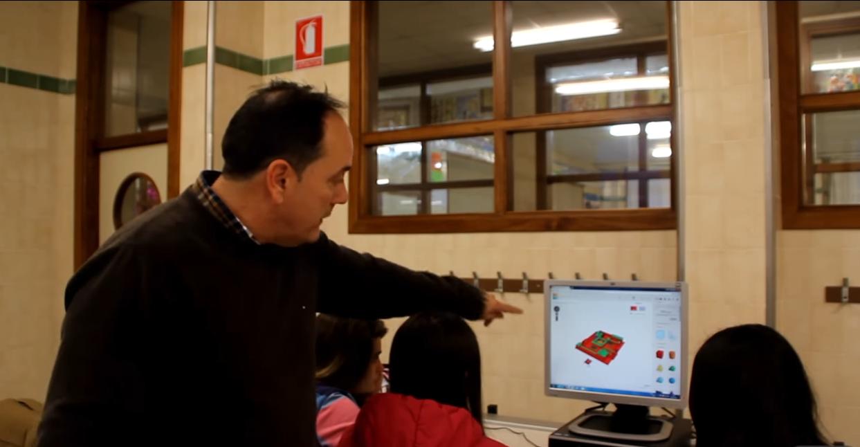 El profesor guía a los alumnos durante el proceso