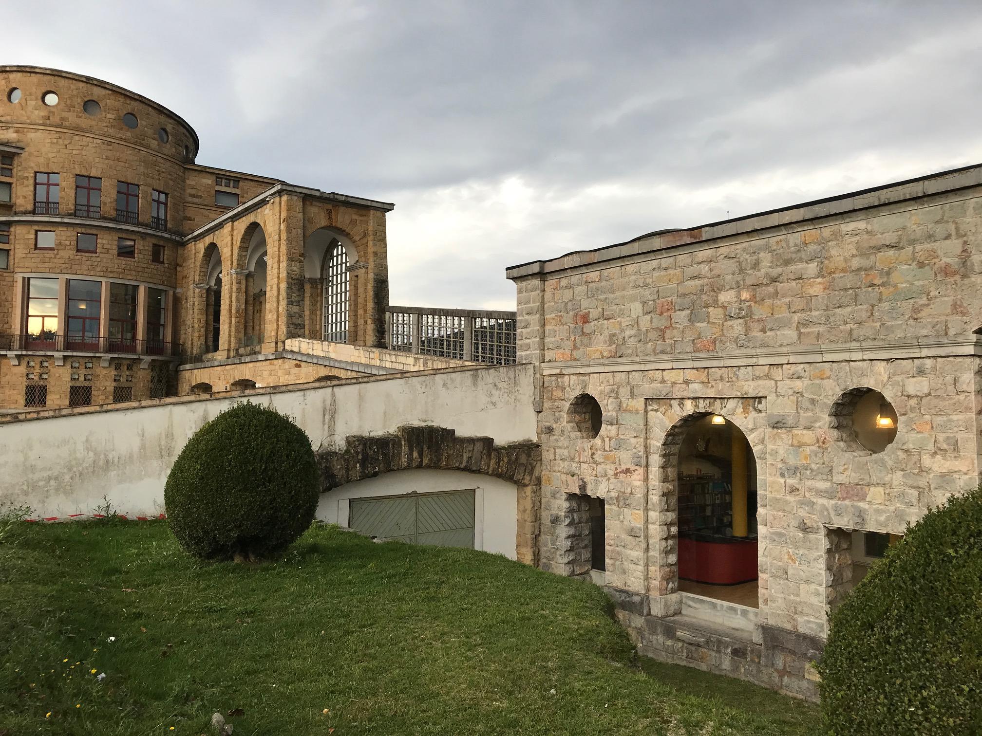 Edificio del CIFP La Laboral. En la parte inferior se situa la biblioteca.