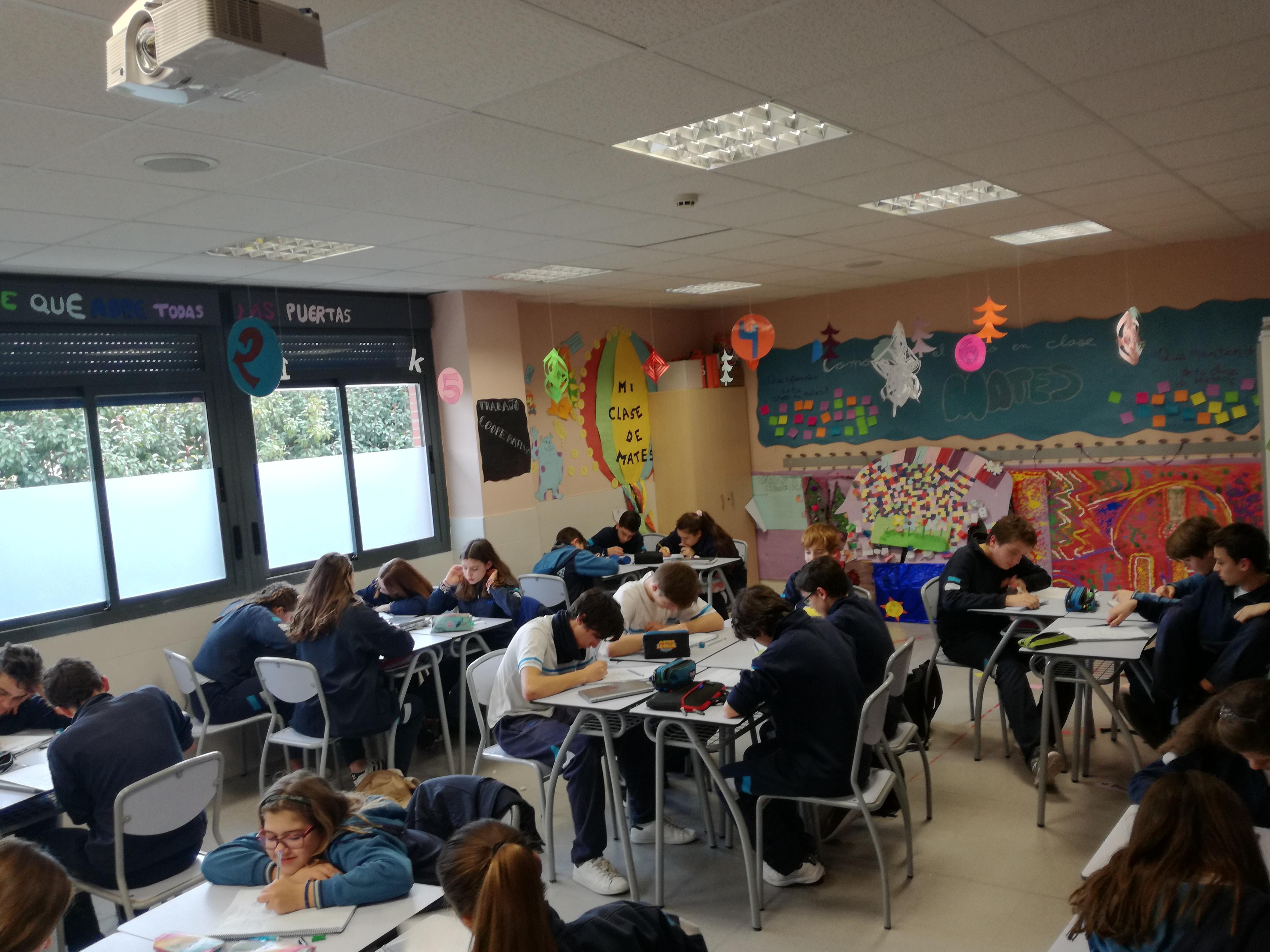 Alumnos y alumnas trabajando en el aula.
