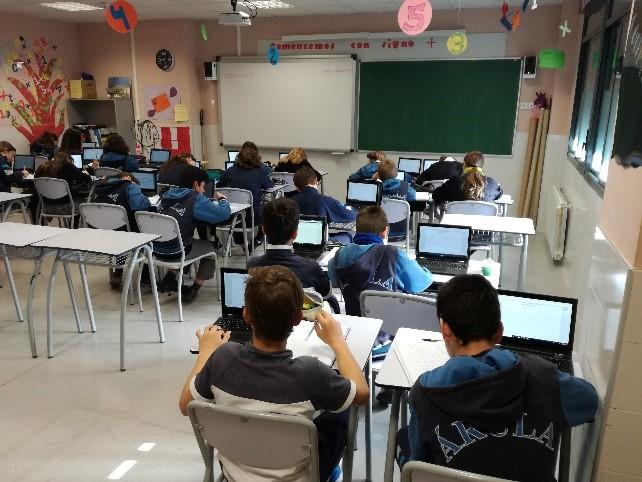 Los alumnos hacen uso de los dispositivos en el aula.