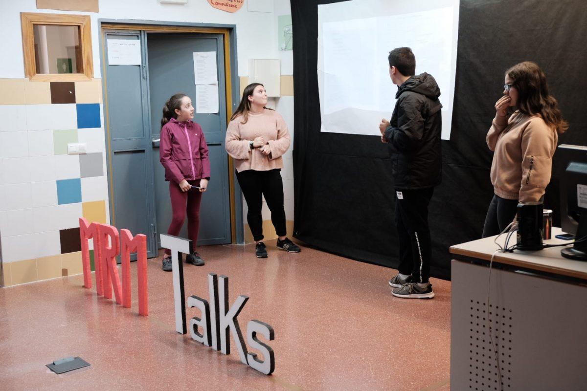 """Los alumnos exponiendo el proyecto """"MRM Talks""""."""