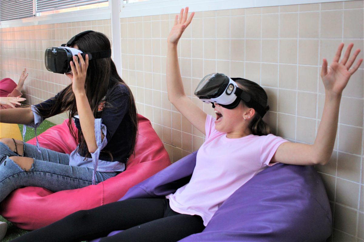 Experimentando con gafas de realidad virtual.