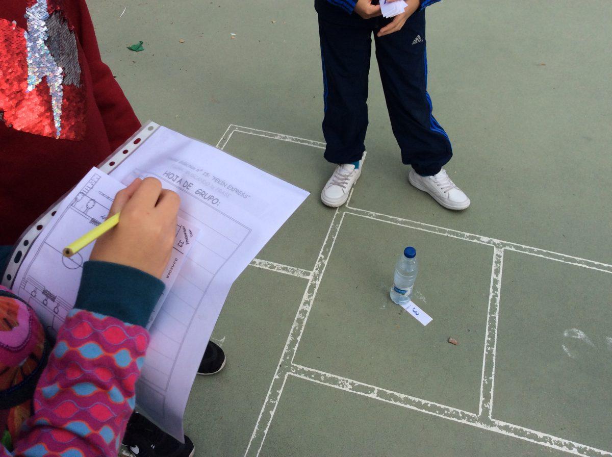 Buscando pistas por el patio del colegio.