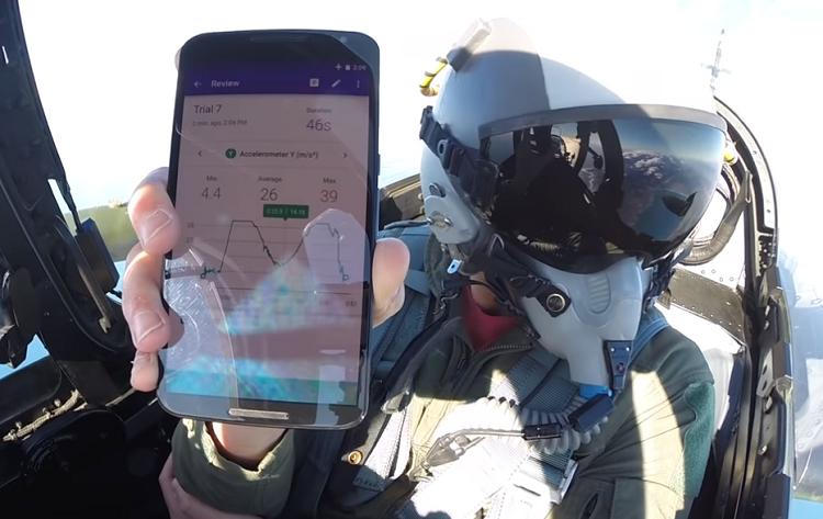 Imagen 4. Piloto de un caza utilizando la aplicación