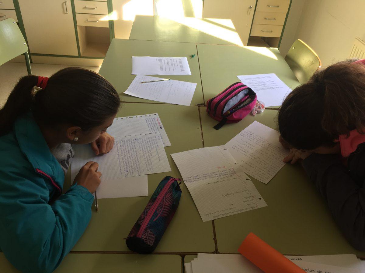 Dos alumnas preparando su sección