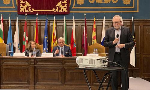 El experto pedagogo Michael Fullan imparte una conferencia para el MEFP