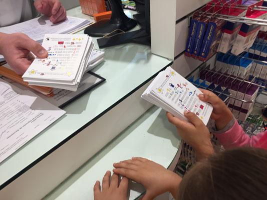 Repartiendo los panfletos de vida saludable creados por alumnado de Infantil en la farmacia del barrio.