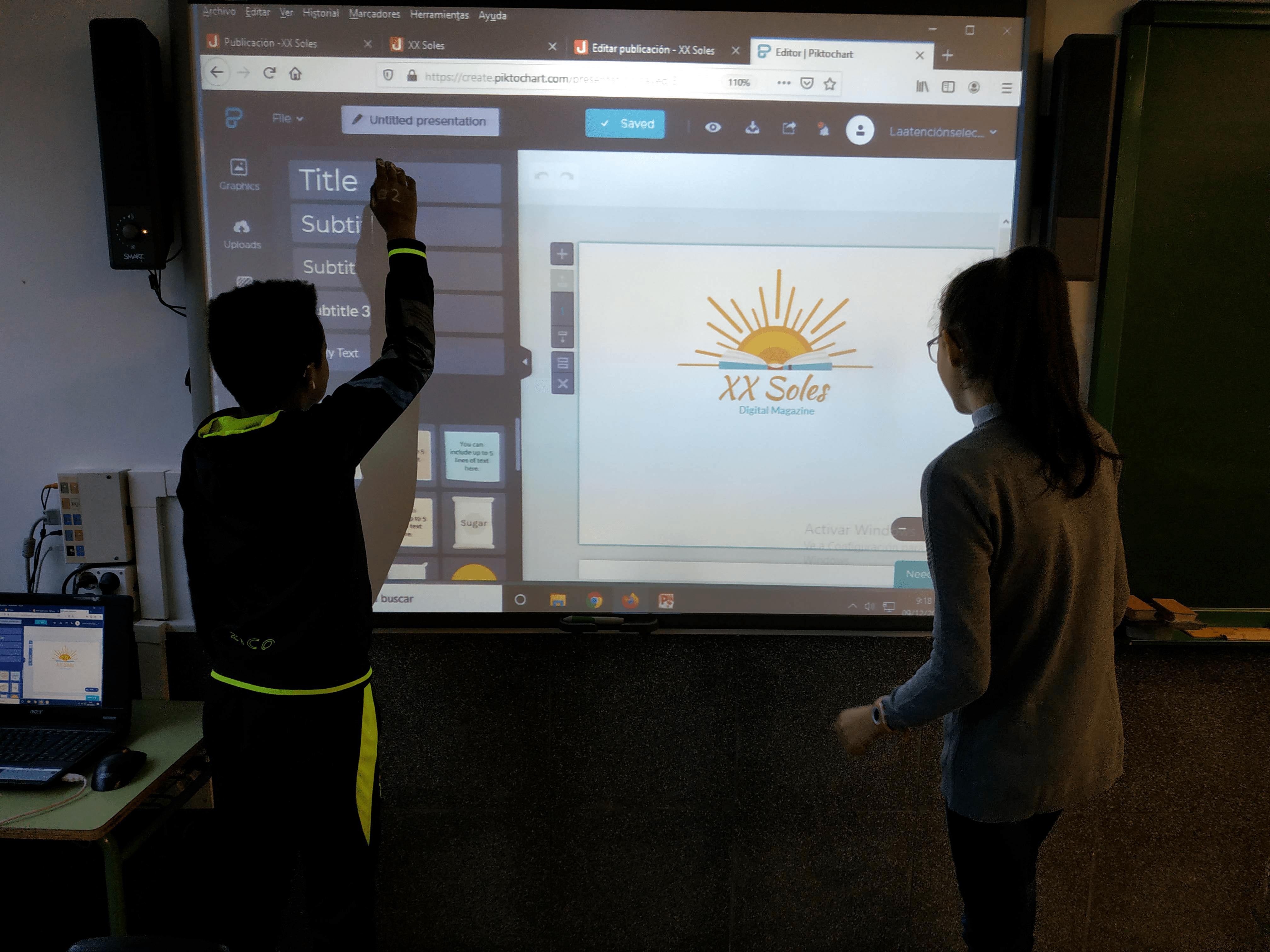 Alumnado del equipo de diseño, pasando el boceto del logo del proyecto a formato digital mediante Piktochart.