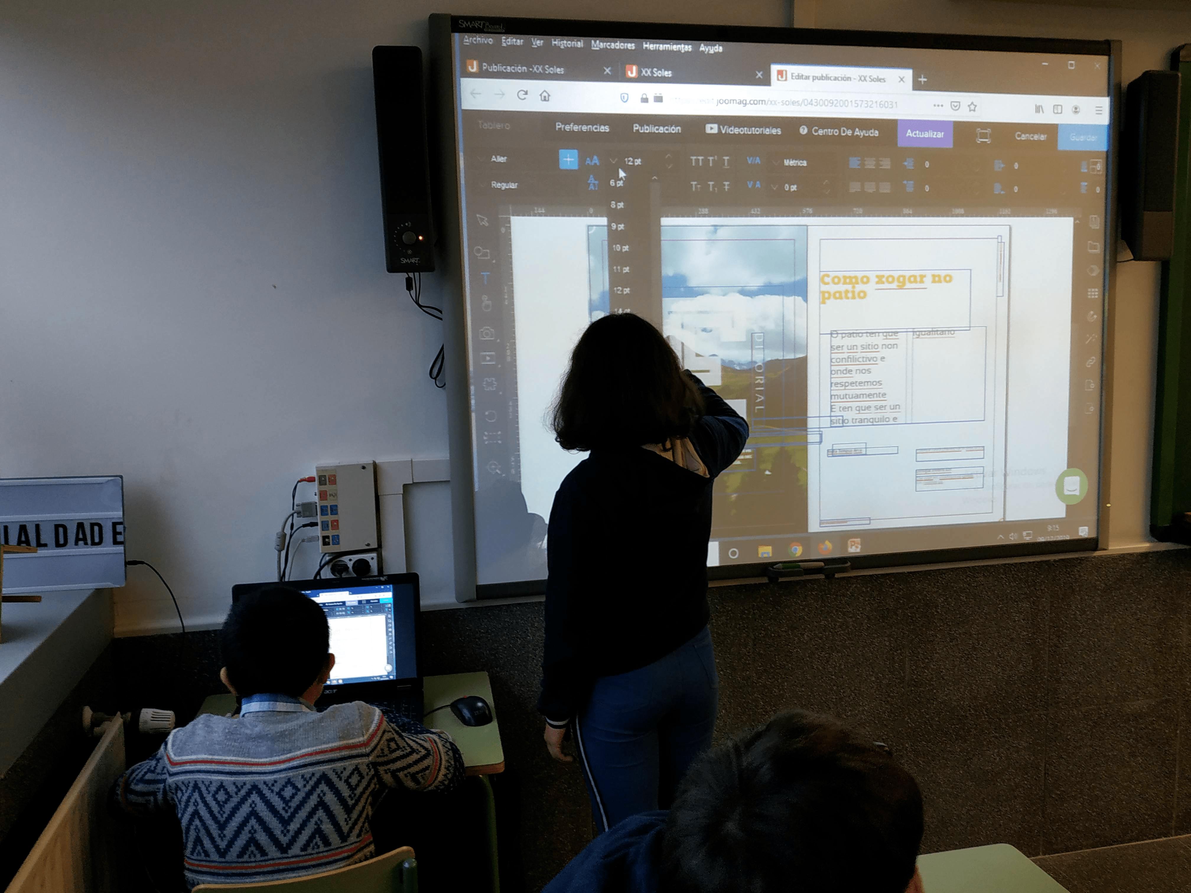 Alumnado manejando el programa de edicación de revistas digitales, Joomag.
