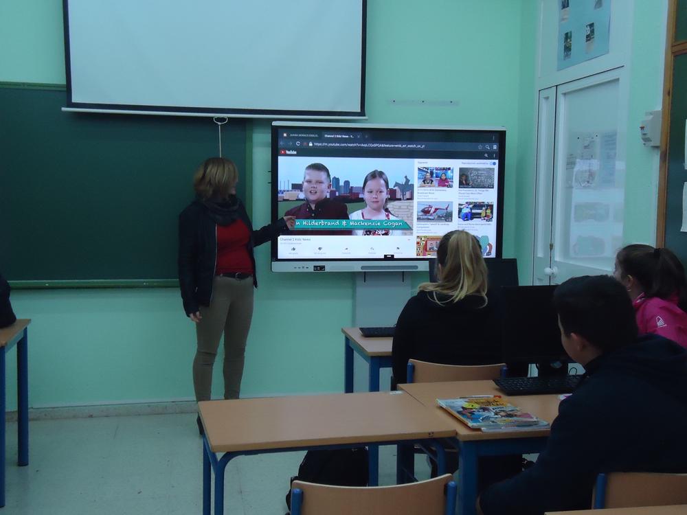 Juana Moral presentando los vídeos a los alumnos.