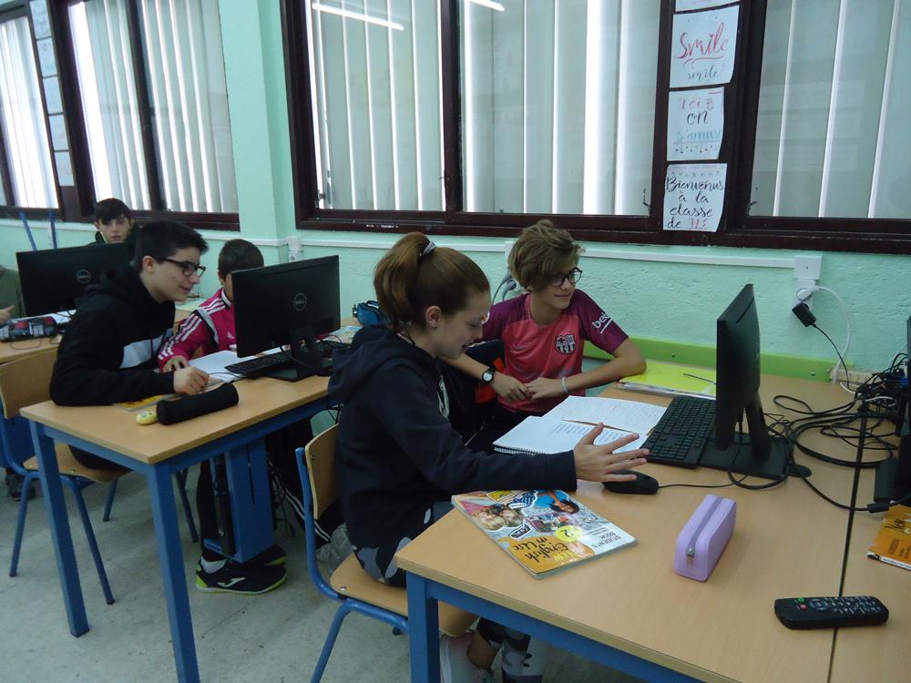 Alumnos de 2º de ESO trabajando cooperativamente.