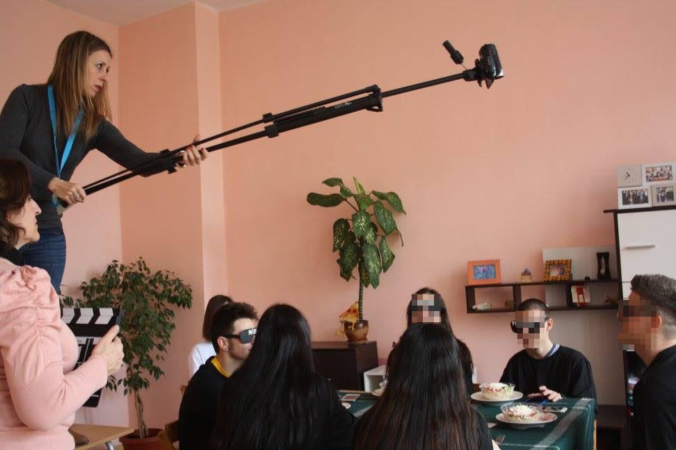 Profesorado colaborando en la filmación de cortometrajes internacionales.