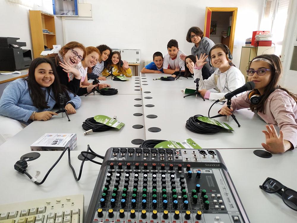 Montando el equipo de nuestra radio educativa.