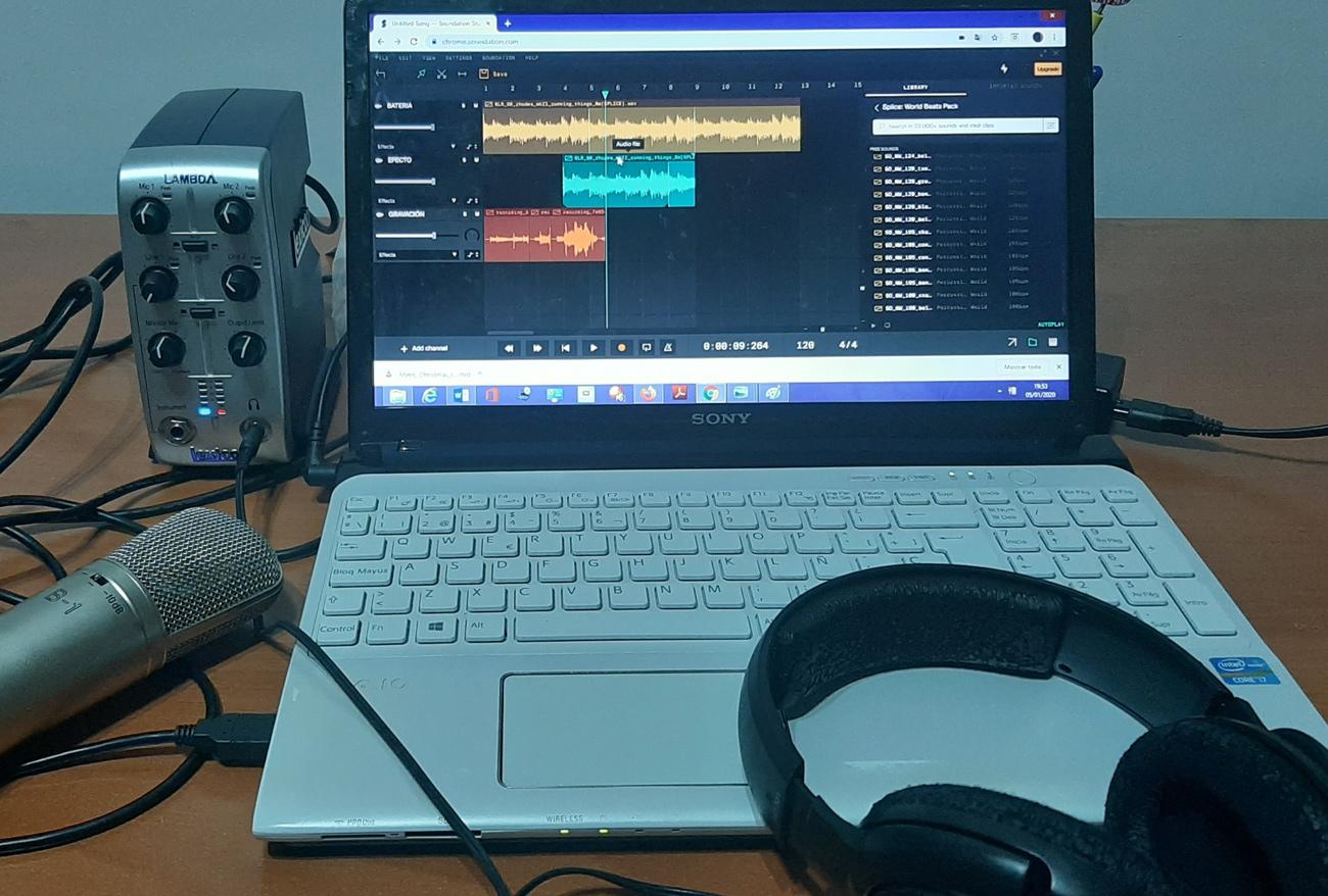 Tarjeta de sonido externa conectada a un ordenador para grabar desde Soundation Studio.