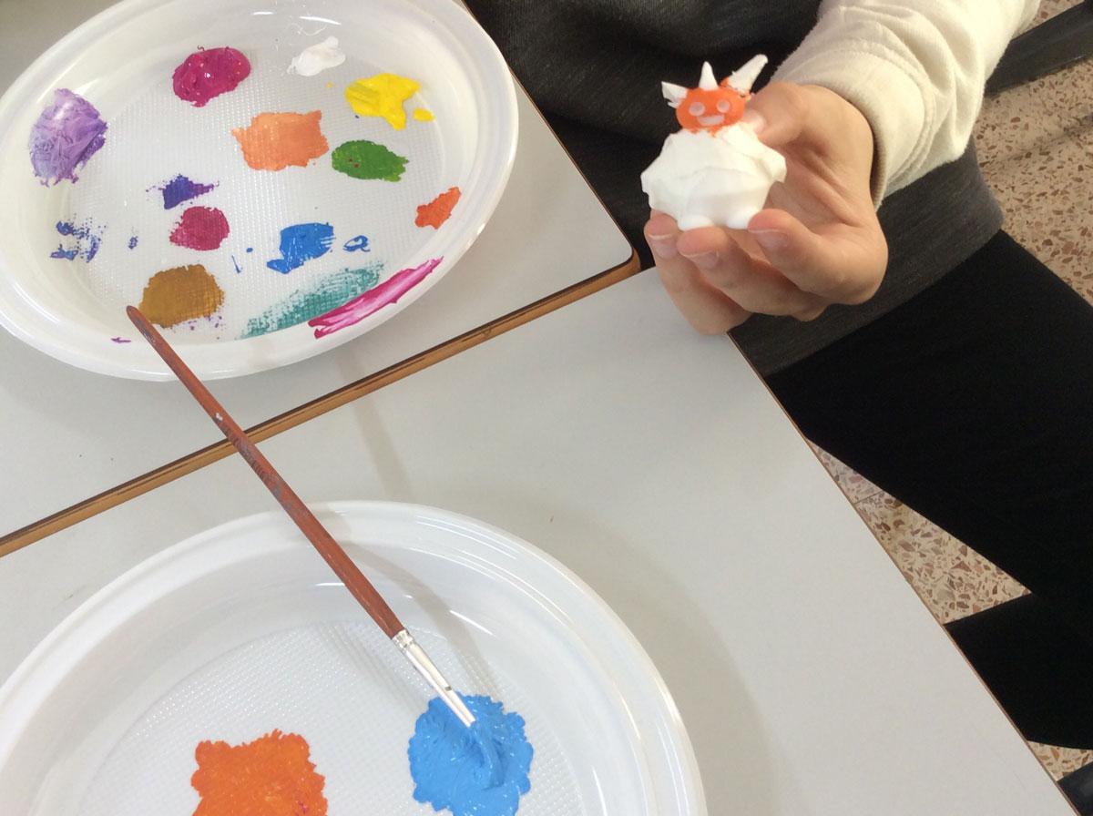 Alumnos de Bachillerato pintan los robots de Infantil.