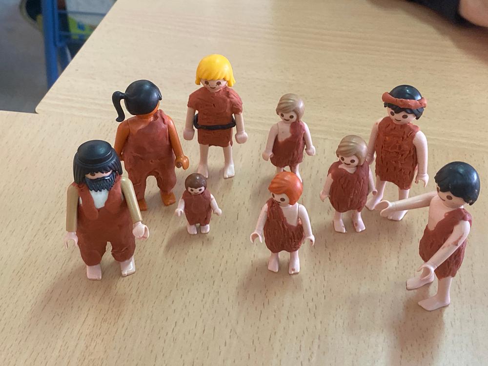 Figuras de Playmobil a las que el alumnado le ha puesto plastilina para que parezcan personajes de la prehistoria.