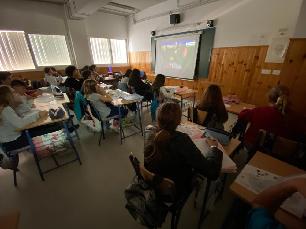 El alumnado visualizando los vídeos en clase de los otros grupos y evaluando con CoRubrics.