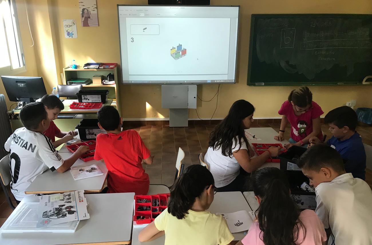 Alumnos de 6.º construyendo el Robot Educador