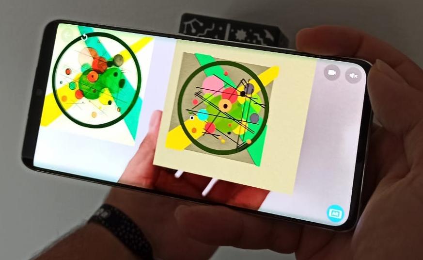 """Presentación de """"Círculos en círculo"""" de Vasili Kandinsky en dispositivo móvil a través de la aplicación de CoSpaces."""