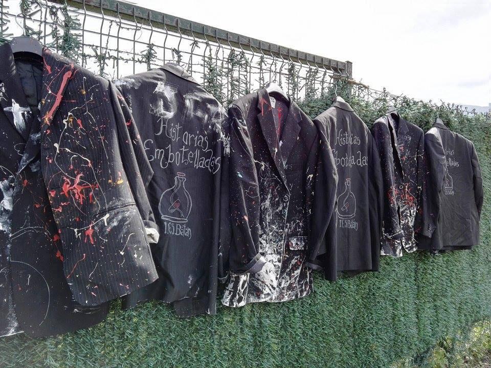 Chaquetas- uniforme pintadas por las alumnas y donadas por Koopera.