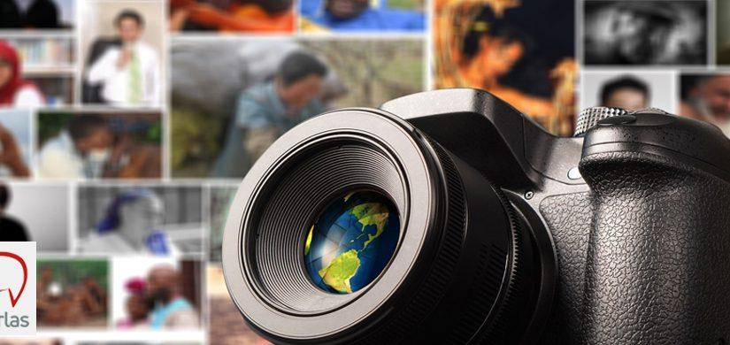 Fotografía en la que aparece una cámara con varias fotos detrás