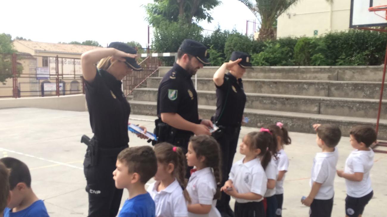 Les hacen la entrega de su carnet como policías de barrio al haber cumplido una buena labor .