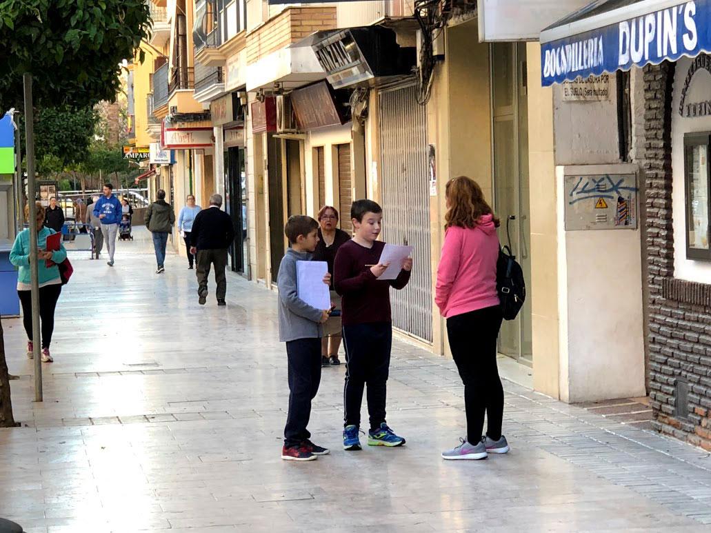 Alumnos realizando entrevistas a los ciudadanos de la localidad.