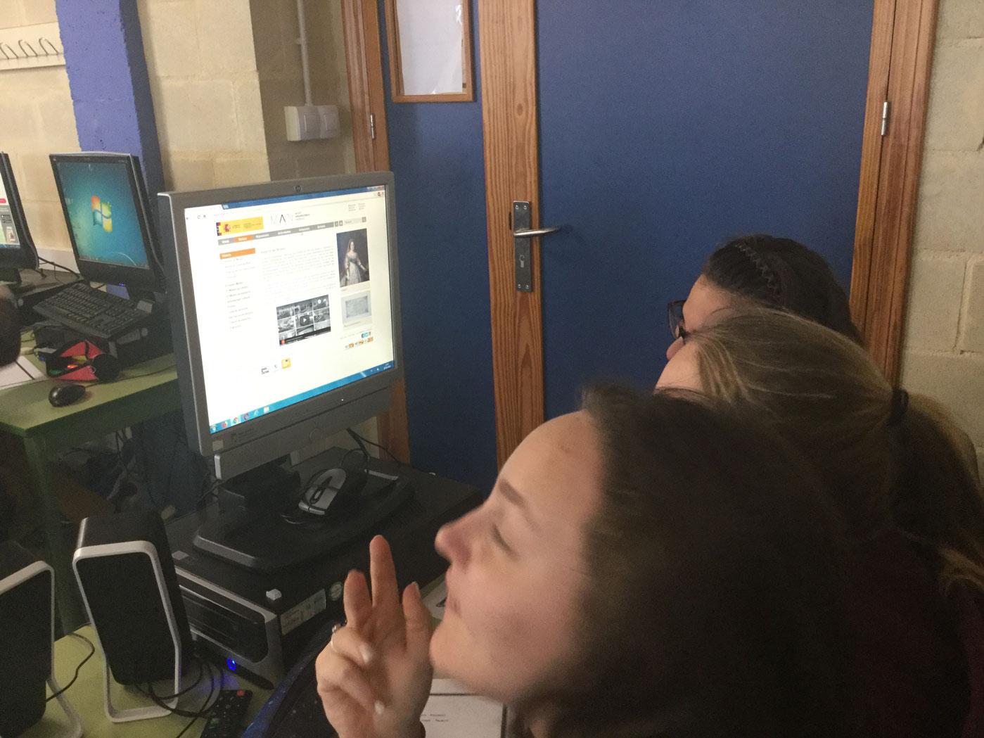 Buscando información en el aula de ordenadores.