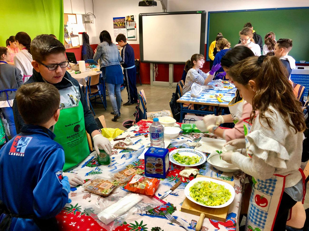 Alumnado preparando su plato para el concurso Mega Chef.