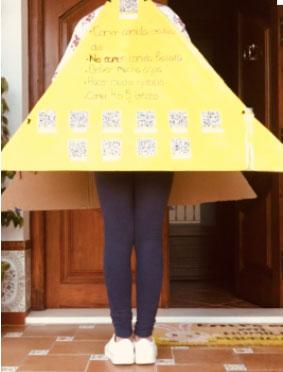 Disfraz de pirámide alimenticia con consejos saludables mediante realidad aumentada.